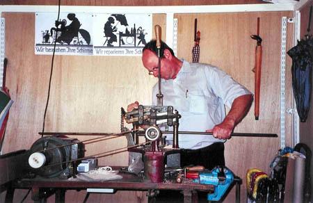 Rolf Lippke an der Schirmstock-Federeinschneidemaschine
